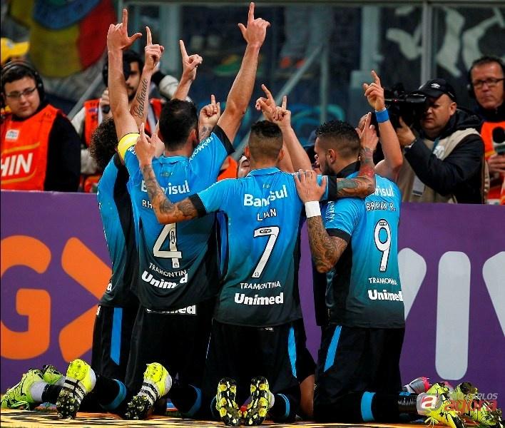 Jogadores gremistas comemoram gol. Santos agora está na zona do rebaixamento. Foto: Lucas Uebel/Grêmio FBPA -