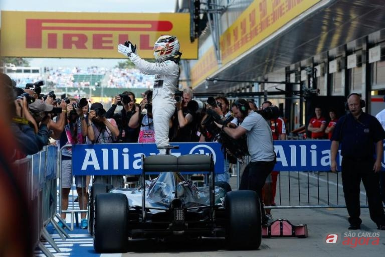 Hamilton comemora vitória na Inglaterra. Inglês abre 17 pontos para Rosberg. Foto: Studio Colombo/Pirelli -