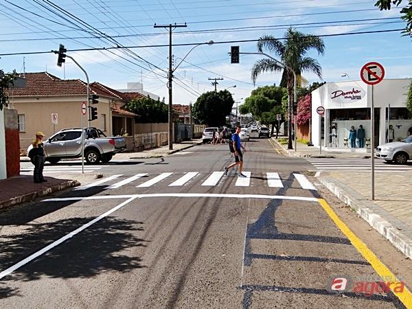 Semáforo instalado na rua 15 de Novembro atende apelos de Catharino: local foi palco de graves acidentes durante muitos anos -