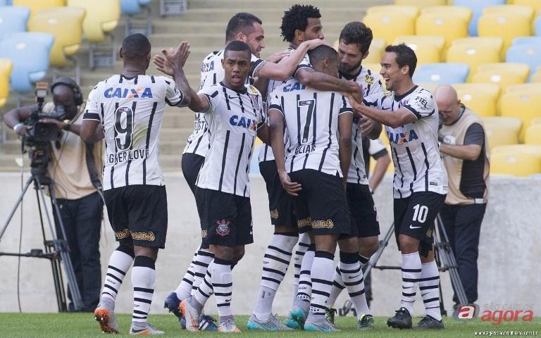 Jogadores comemoram gol de Elias. O terceiro da bela vitória corintiana em cima do Corinthians. www.agenciacorinthians.com.br -