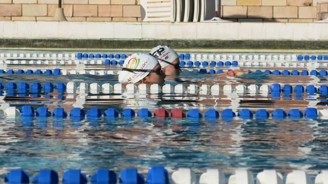 Fabi e Carol durante o treinamento de natação. Triatletas estão entre as melhores do país. Fotos: Divulgação -