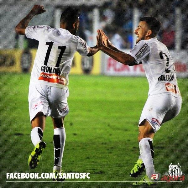 Lucas Lima comemora com Geovânio o quinto gol santista. Foto: Facebook Santos FC -
