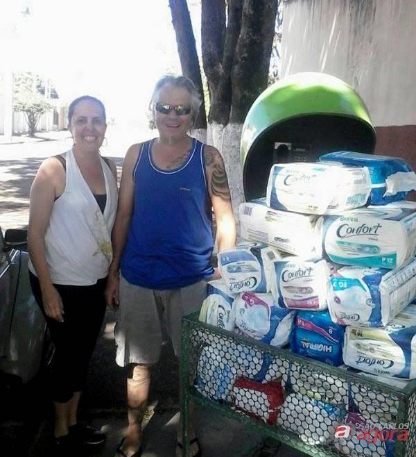 Leia com os pacotes de fraldas arrecadadas: doações chegaram a 190 unidades/Foto: Divulgação -