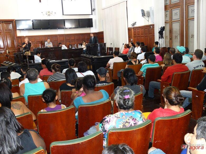 Audiência que discutiu entrega de casas do Planalto Verde lotou o plenário da Câmara Municipal nesta segunda-feira -