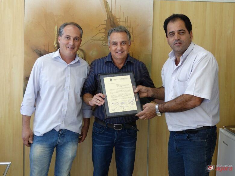 Vereador Sérgio Rocha, Marcio Cinti e o empresário Italo Cardinalli Filho (ao centro) -
