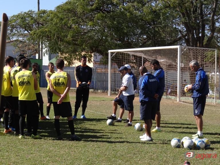 Guanaes conversa com os jogadores: intensidade e determinação durante os 90 minutos de jogo. Foto: Marcos Escrivani -