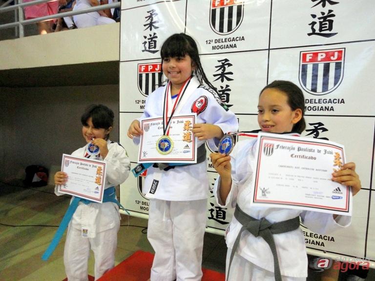 Samara (c) exibe medalha e diploma após conquistar o título inter-regional. Fotos: Divulgação -