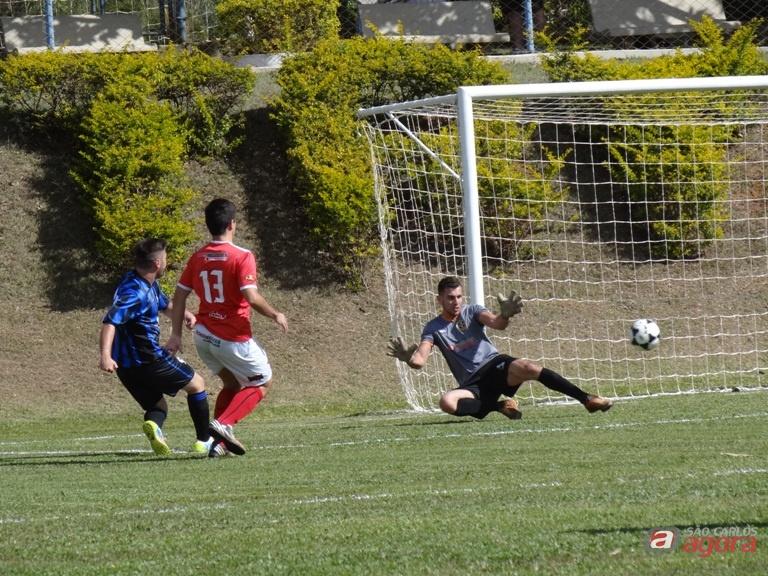 Rômulo, do Platinum, vence Alberto e marca o primeiro gol da partida. Fotos: Marcos Escrivani -