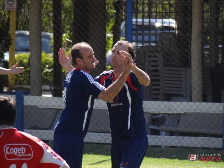 Tales comemora o primeiro do Jr: equipe goleou e também lidera o interno. Fotos: Marcos Escrivani -