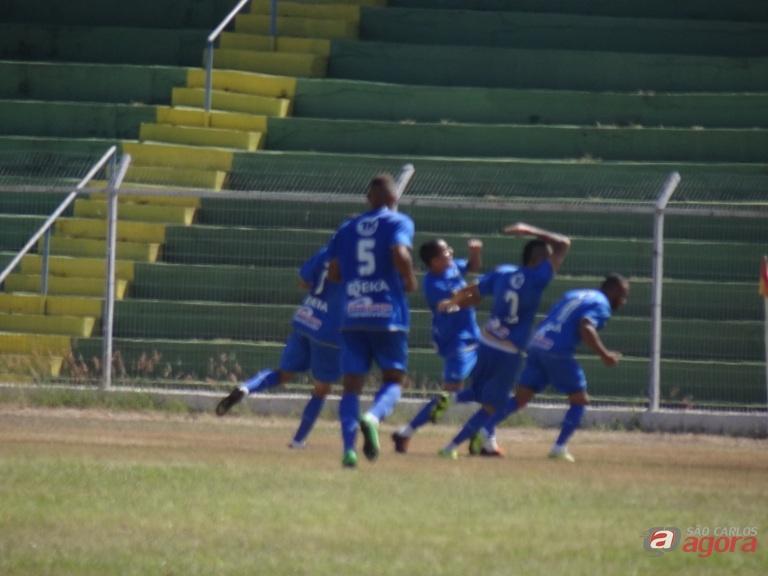 William Dias comemora com a torcida o primeiro gol da Águia na vitória em cima do Prudente. Foto: Marcos Escrivani -