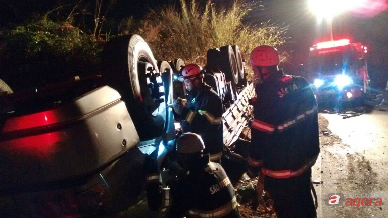 Caminhão tombou e motorista morreu no local, entre as ferragens. Foto: Osni Martins -