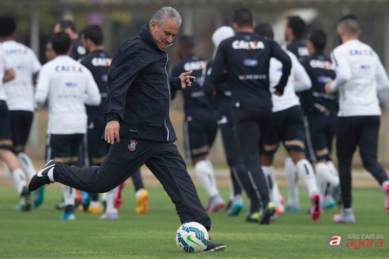 O técnico Tite também mostrou habilidade durante o treinamento. Foto: Daniel Augusto Jr/Ag. Corinthians -