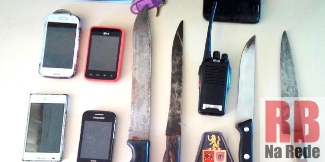 Facas, celulares e rádio comunicador encontrados pela PM (Foto: RB Na Rede) -