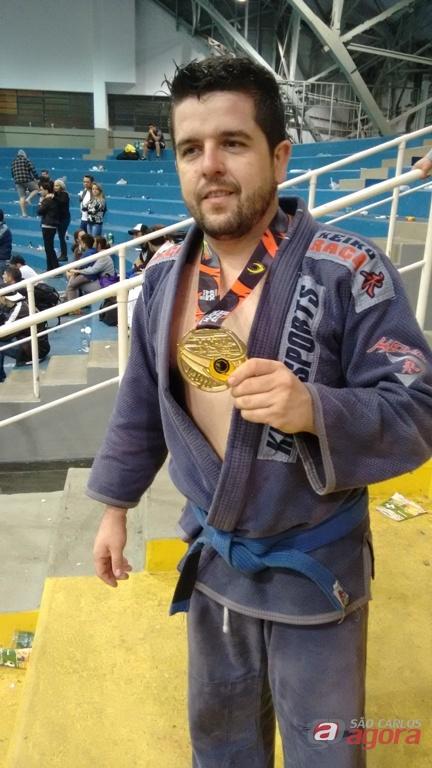 Rinaldo comemora a medalha de ouro. São-carlense é campeão Mundial. Foto: Divulgação -