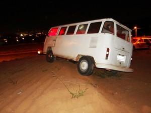 Kombi que a vítima dirigia caiu em um barranco. (foto Luciano Lopes) -