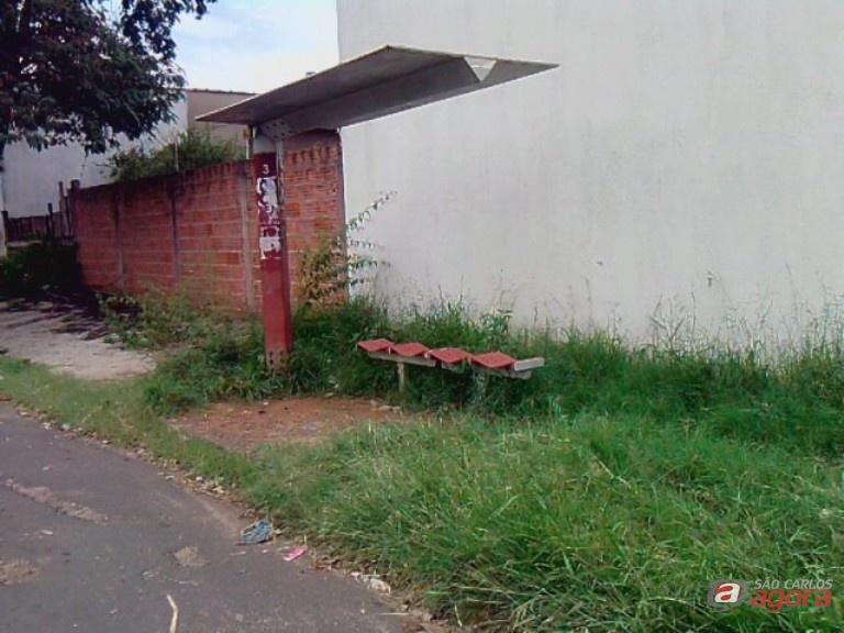 Ponto de ônibus está abandonado, relatam moradores. Fotos: Divulgação -