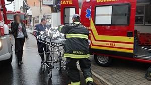 Socorristas trabalham no local da explosão. (foto Milton Rogério) -
