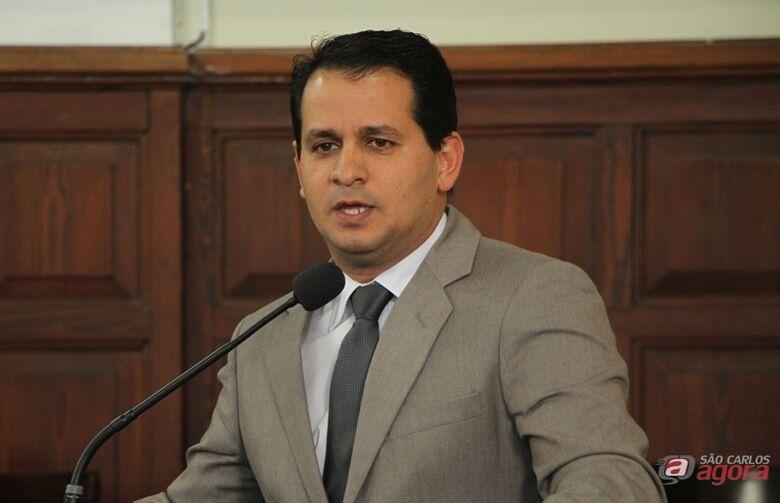 Roselei Françoso na tribuna da Câmara: proibição ao uso de logomarcas que identifiquem administrações valerá a partir de 2017 -