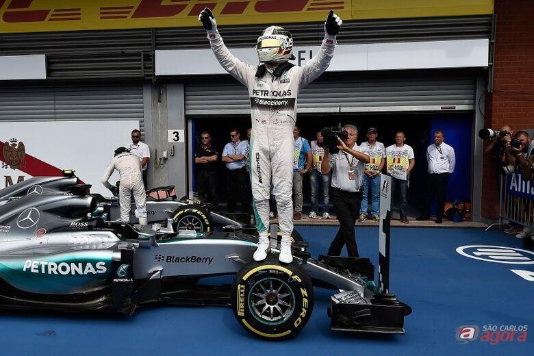 Lewis Hamilton vence o GP da Bélgica de F1 seguido de Nico Rosberg e de Romain Grosjean, da Lotus. Foto: Studio Colombo/Pirelli -