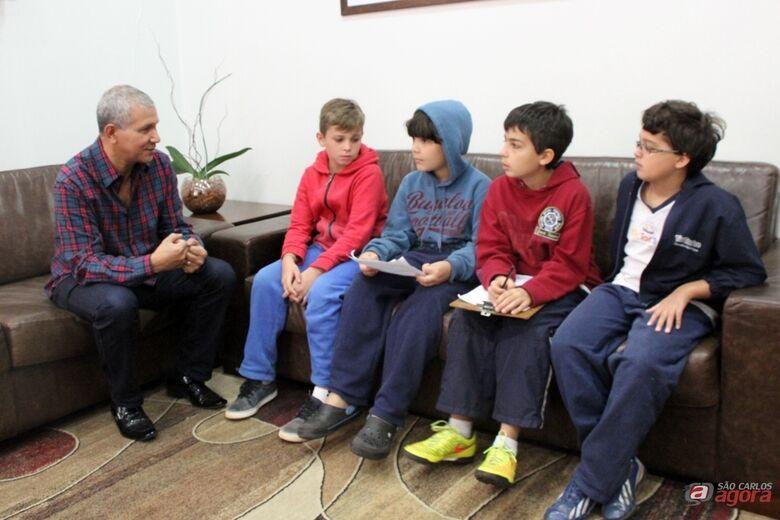 Alunos da Escola Tic Tac Toe entrevistaram o presidente Lucão Fernandes. (Assessoria de Imprensa da CMSC) -