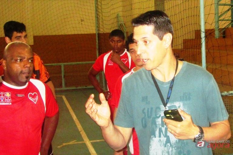 Treinador mudou taticamente seu time para buscar a reabilitação no placar. Foto: Gustavo Curvelo/Divulgação -