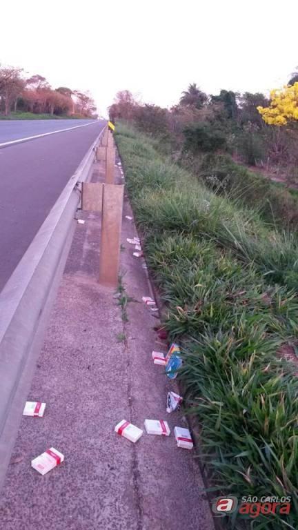 Os medicamentos abandonados as margens da rodovia SP-215. Fotos: Divulgação -
