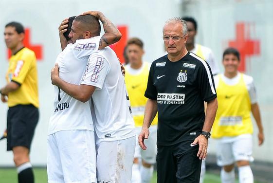Dorival Junior observa jogadores do Santos comemorando um dos gols na partida com o Internacional. Foto: Ricardo Saibun/SantosFC -