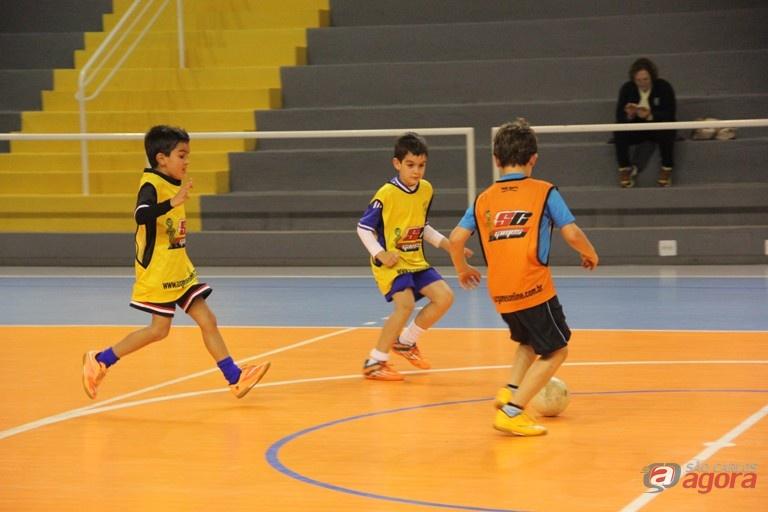 Garotada durante as atividades na escolinha de futsal. Foto: Divulgação -