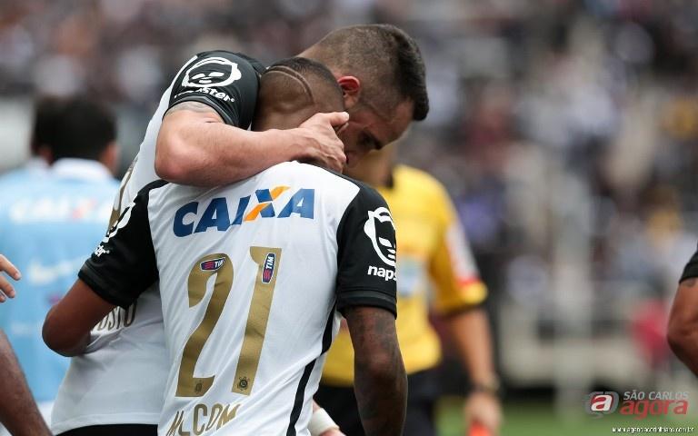 Renato Augusto comemora com Malcom: jovem atacante marcou o primeiro gol do Corinthians. Foto: www.agenciacorinthians.com.br -