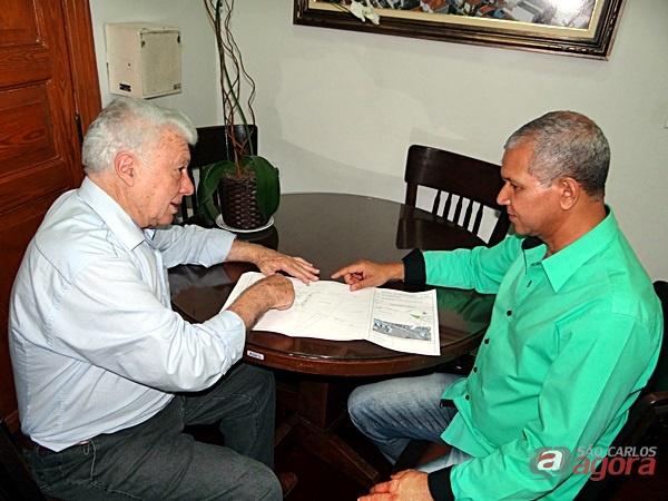 Catharino e Lucão avaliam projeto de rotatória que irá dar fluidez no acesso à região Leste da cidade -