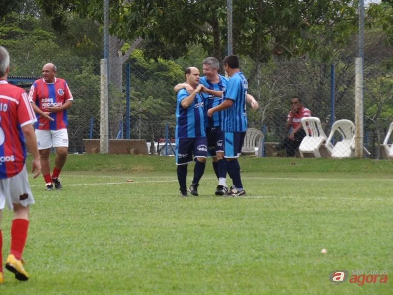 Jogadores do Oba comemoram o gol que abriu o caminho da vitória em cima do Bons Negócios. Fotos: Marcos Escrivani -