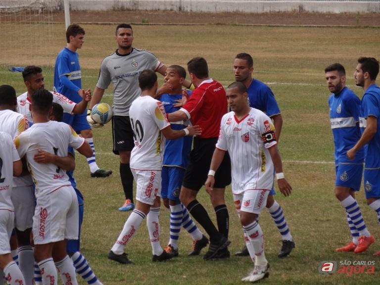 São Carlos e Taboão fizeram uma partida bem disputada no Luisão. Fotos: Marcos Escrivani -