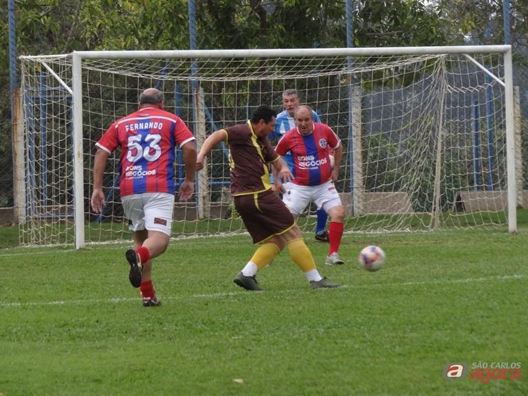 Em uma partida bem disputada, Darho e Bons Negócios ficaram no 1 a 1. Fotos: Marcos Escrivani -
