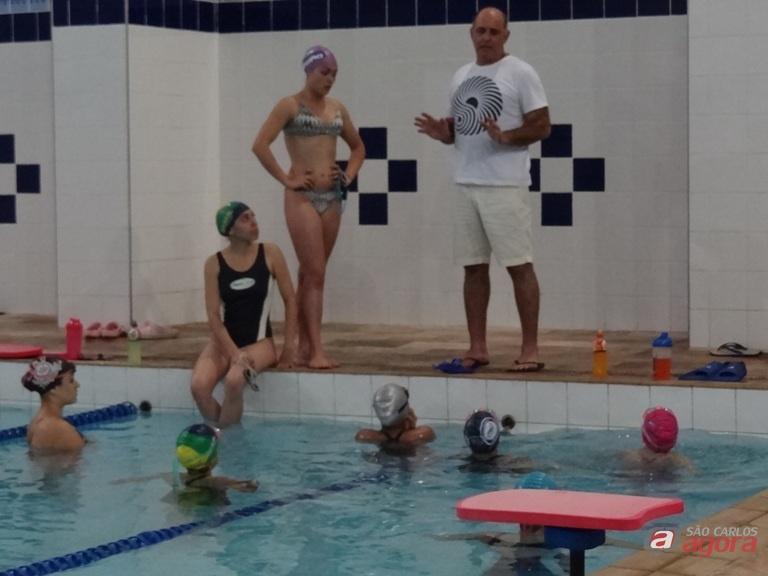 Mitcho orienta nadadores antes de treino na Fesc: atletas realizam bela temporada e conquistaram bons resultados. Foto: Marcos Escrivani -