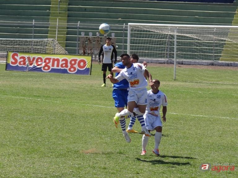 Uma partida bem disputada entre São Carlos e Olímpia que terminou em 1 a 1. Fotos: Marcos Escrivani -