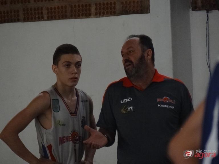 Meneghelli conversa com um jogador de sua equipe durante a derrota para Macatuba. Fotos: Marcos Escrivani -