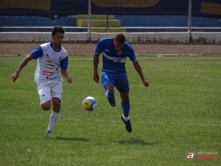 Jogo disputado: São Carlos lutou para conquistar uma difícil e suada vitória diante do Assisense. Fotos: Marcos Escrivani -