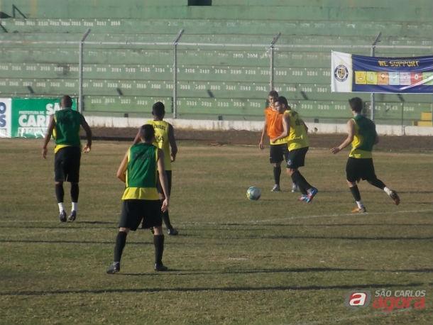 Jogadores realizam o primeiro treino da semana sob forte calor. Foto: Rovanir Frias/SCFC -