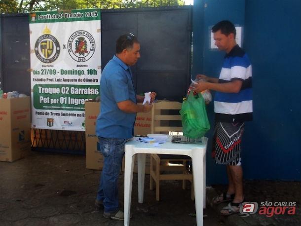 Torcedor realiza a troca de garrafas pet por ingresso para jogo contra o Assisense. Foto: Rovanir Frias/SCFC -