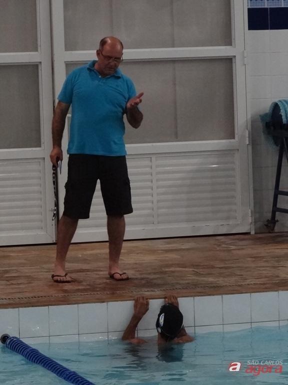 Mitcho orienta Elton durante treino na Fesc: meta é melhorar e galgar mais um degrau neste período preparatório. Foto: Marcos Escrivani -