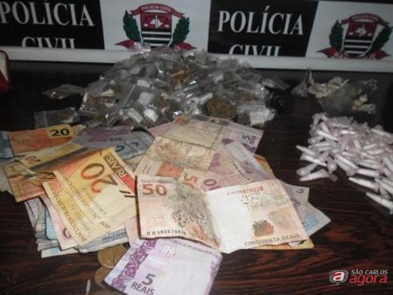 A droga e o dinheiro que estavam em poder do menor. Fotos: Osni Martins -