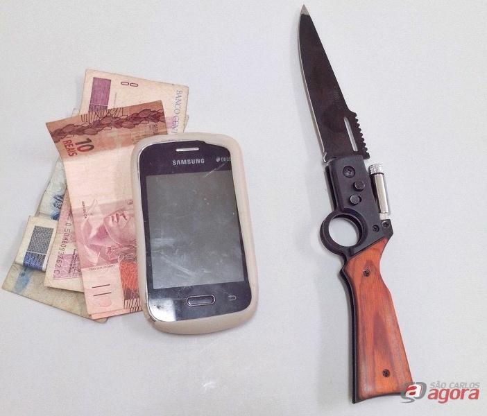 Dinheiro, canivete e celular que estava em poder do menor. Foto: Osni Martins -