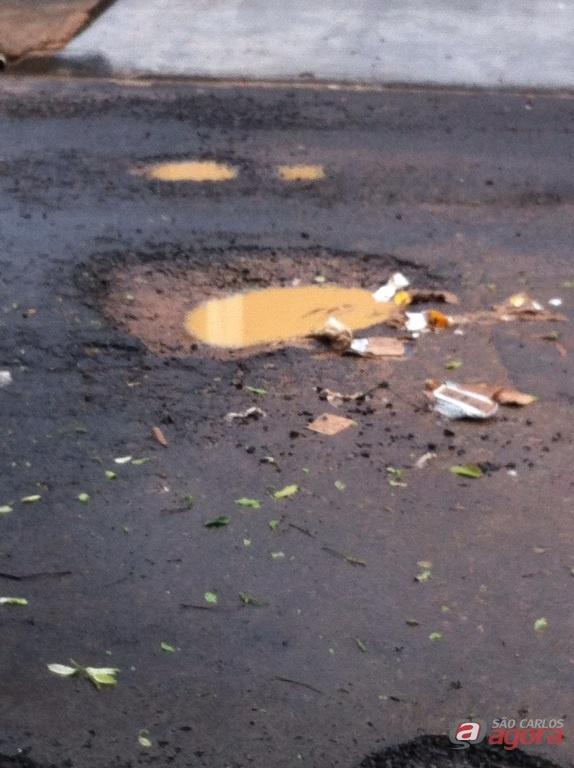 Um dos buracos cheio de água suja. Incômodo para os moradores. Fotos: Divulgação -