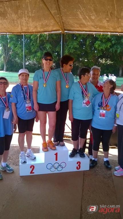 Margareth e Vilma no pódio comemoram a medalha de ouro. Foto: Divulgação -