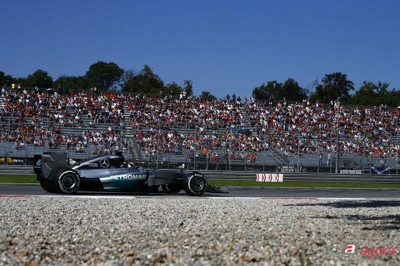 A Mercedes de Rosberg larga em primeiro no GP de Suzuka. Foto: Andrew Honne/Pirelli -