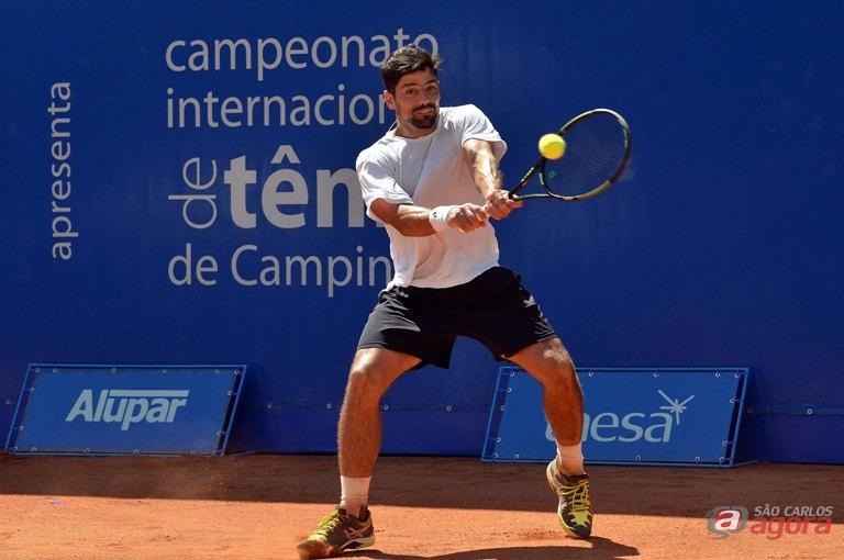 Numa batalha de três sets e 2h13min, Tiago Lopes, 578º, venceu Thiago Monteiro, por 3/6, 6/4 e 6/3. Foto: João Pires/Jump -