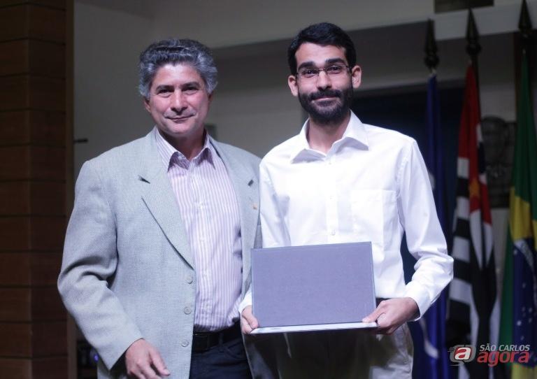 Diretor do ICMC com o vencedor do prêmio, Lucas Ambrozio. Foto: Reinaldo Mizutani -