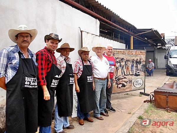 Marquinho, ao lado dos churrasqueiros e organizadores da 1ª Queima do Alho do Nosso Lar -