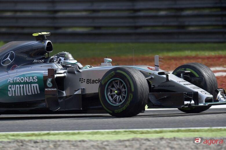 Hamilton lidera o Mundial de Fórmula 1 com 28 pontos de vantagem sobre Rosberg. Foto: Studio Colombo/Pirelli -