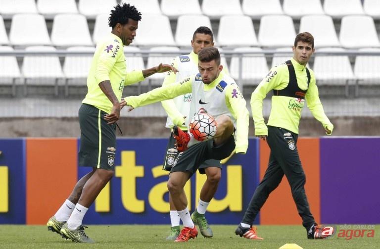 Lucas Lima disputa bola com Gil durante treino no Chile. Foto: Rafael Ribeiro/CBF -